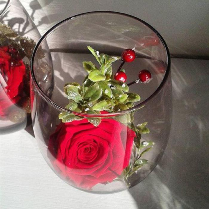 rose-stabilisée-en-composition-avec-des-plantes-artificielles