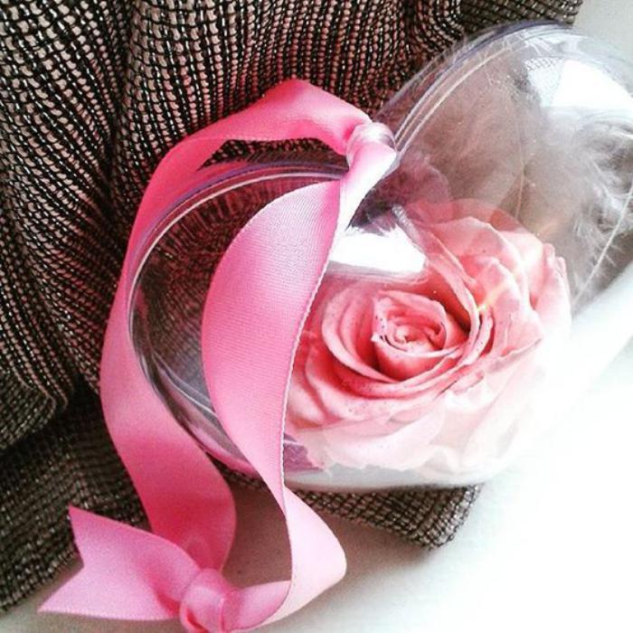 rose-stabilisée-pendentif-coeur-transparent-et-rose-conservée