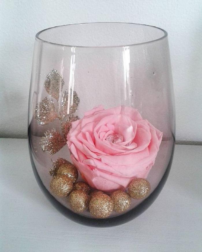rose-stabilisée-rose-éternelle-dans-un-vase-décoration-florale