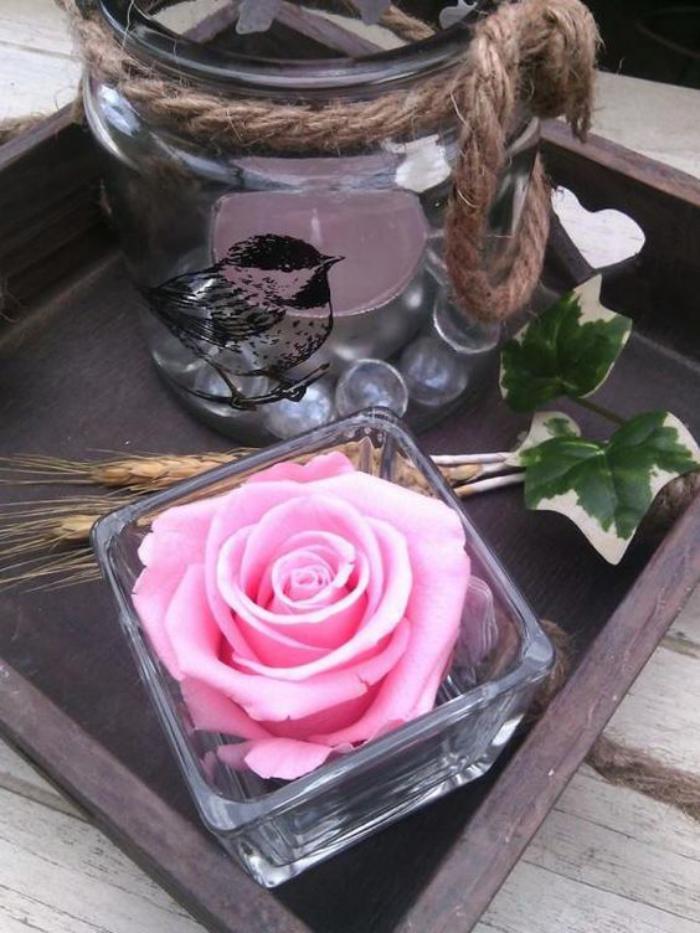 rose-stabilisée-servir-les-plats-avec-déco-florale
