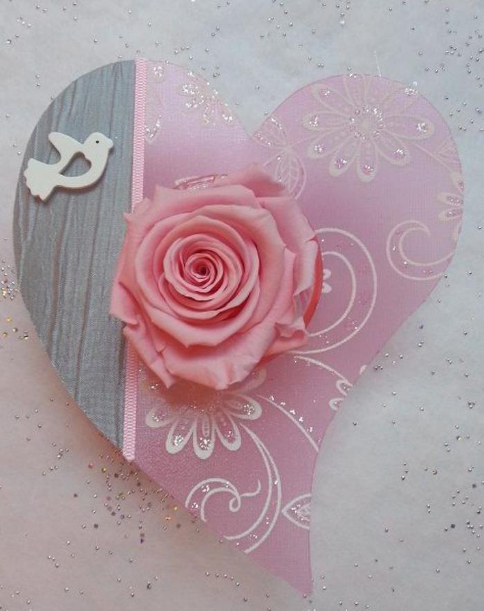 rose-stabilisée-sur-un-coeur-décoratif