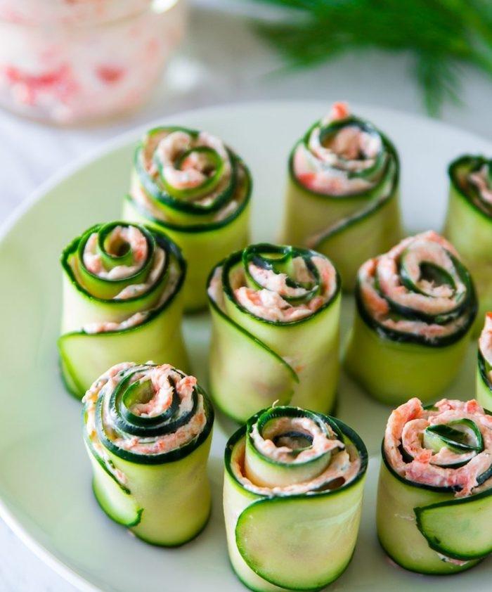 rouleaux roses de concombre avec saumon fumé et fromage à la crème, amuse bouche apéritif facile et original