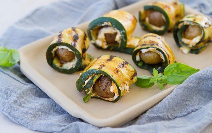 rouleaux de courgette avec des fromages à chèvre et des mini patates rotis au four, idee apero dinatoire