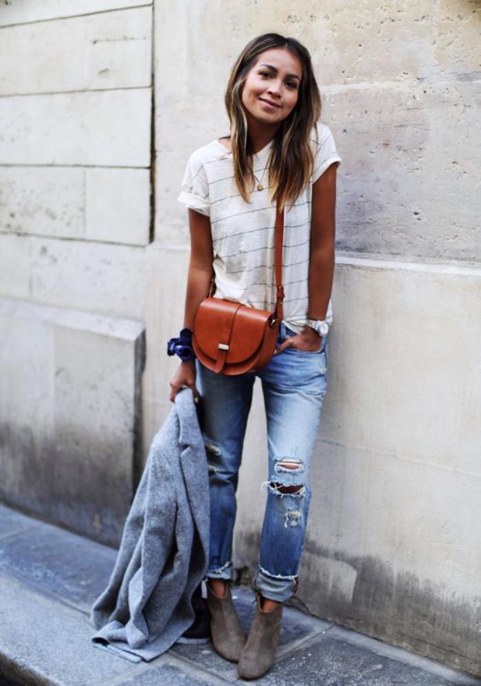 sac-camel-avec-jeans-déchirés-et-une-blouse-à-fines-rayures