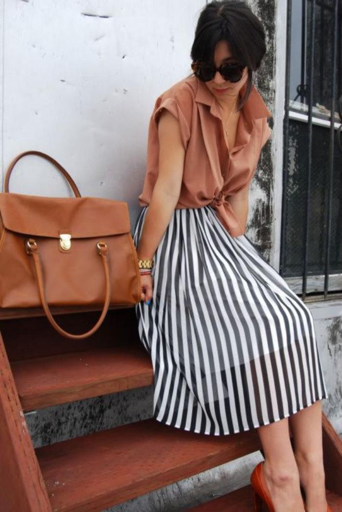 sac-camel-gros-satchel-couleur-cognac-jupe-rayée-noir-et-blanc