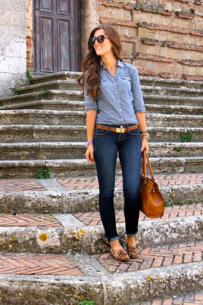 sac-camel-jeans-bleus-chemise-bleue-et-chaussures-camel