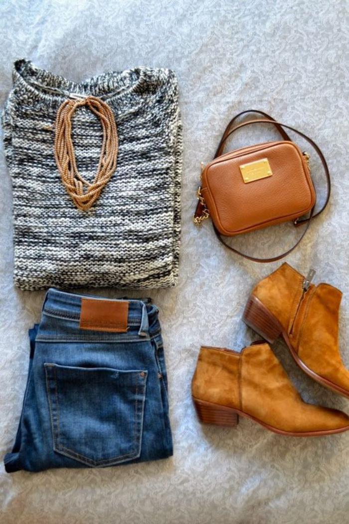 sac-camel-outfit-casuel-avec-un-jean-bleu-bottes-et-sac-camel