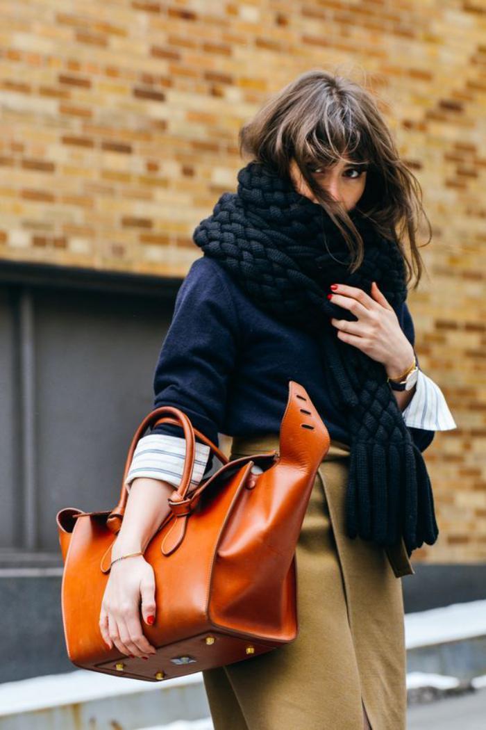 sac-camel-sac-couleur-camel-joli-sac-marron-avec-un-gros-foulard-noir