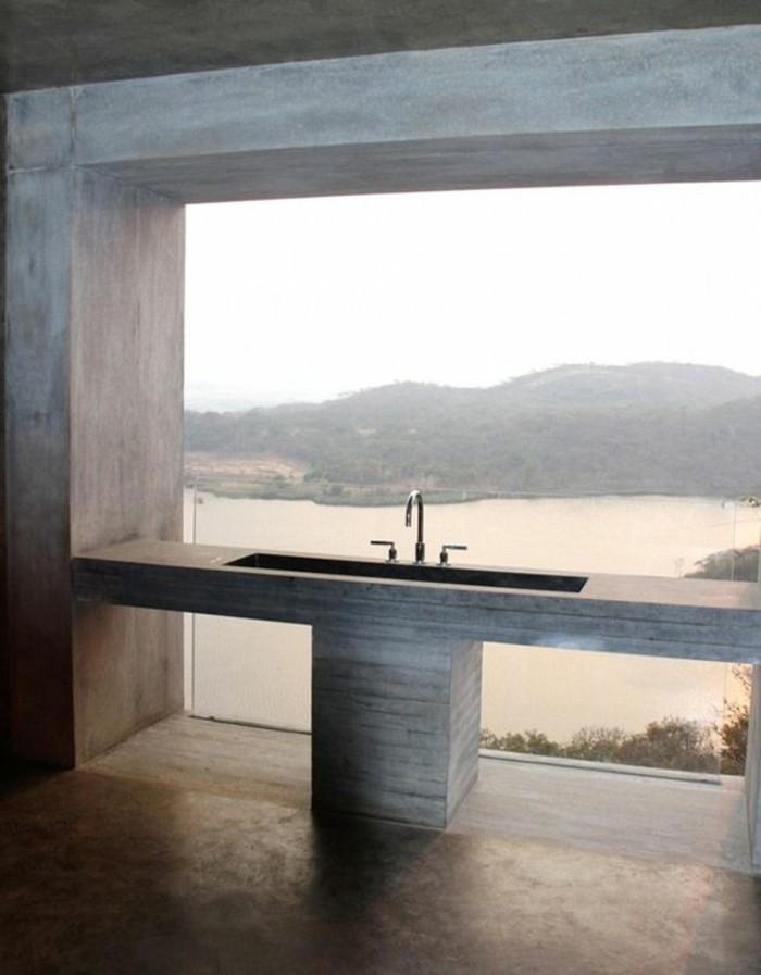 salle-de-bain-avec-grande-fenêtre-et-vue-sol-en-beton-ciré-salle-de-bain-moderne