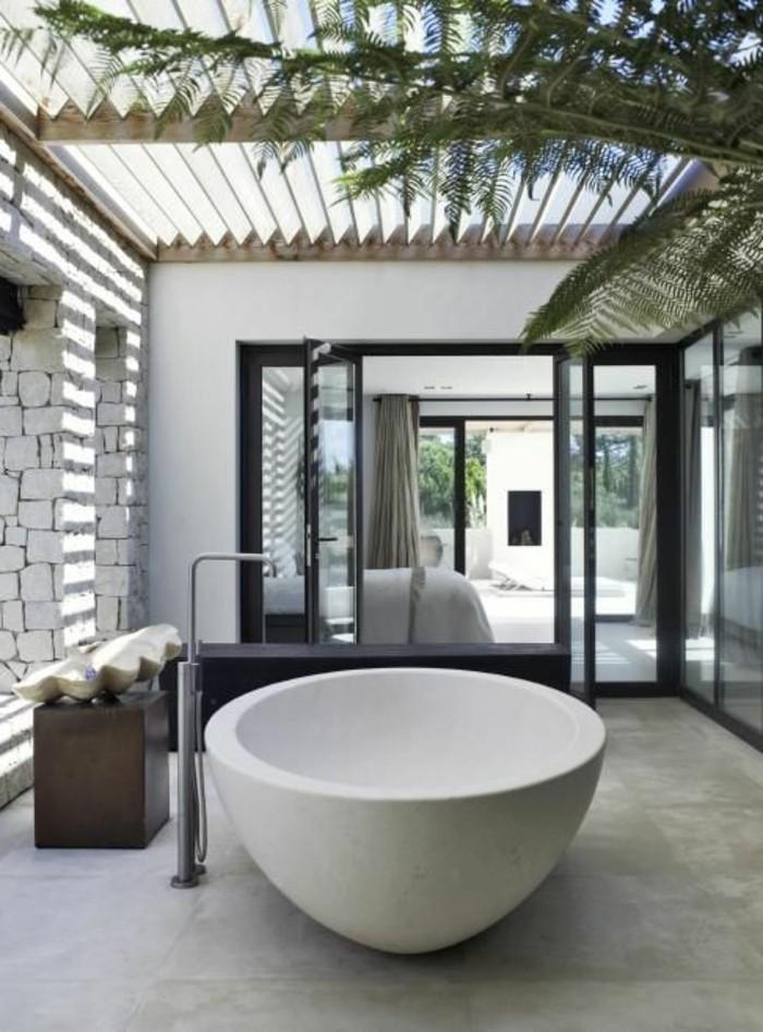 salle-de-bain-bambou-pas-cher-meuble-baignoire-ovale-blanche