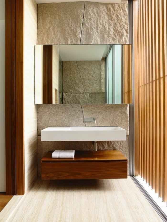 salle-de-bain-beige-model-de-salle-de-bain-à-l-italienne-sol-en-bois-clair-mur-en-pierre-beige