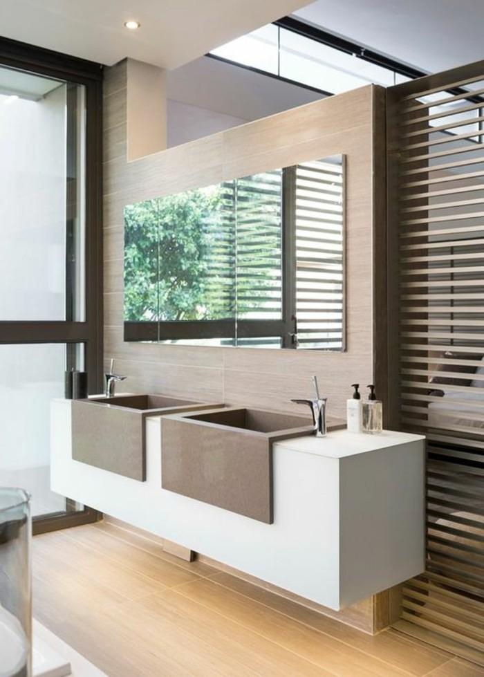salle-de-bain-beige-model-de-salle-de-bain-à-l-italienne-sol-en-bois-clair