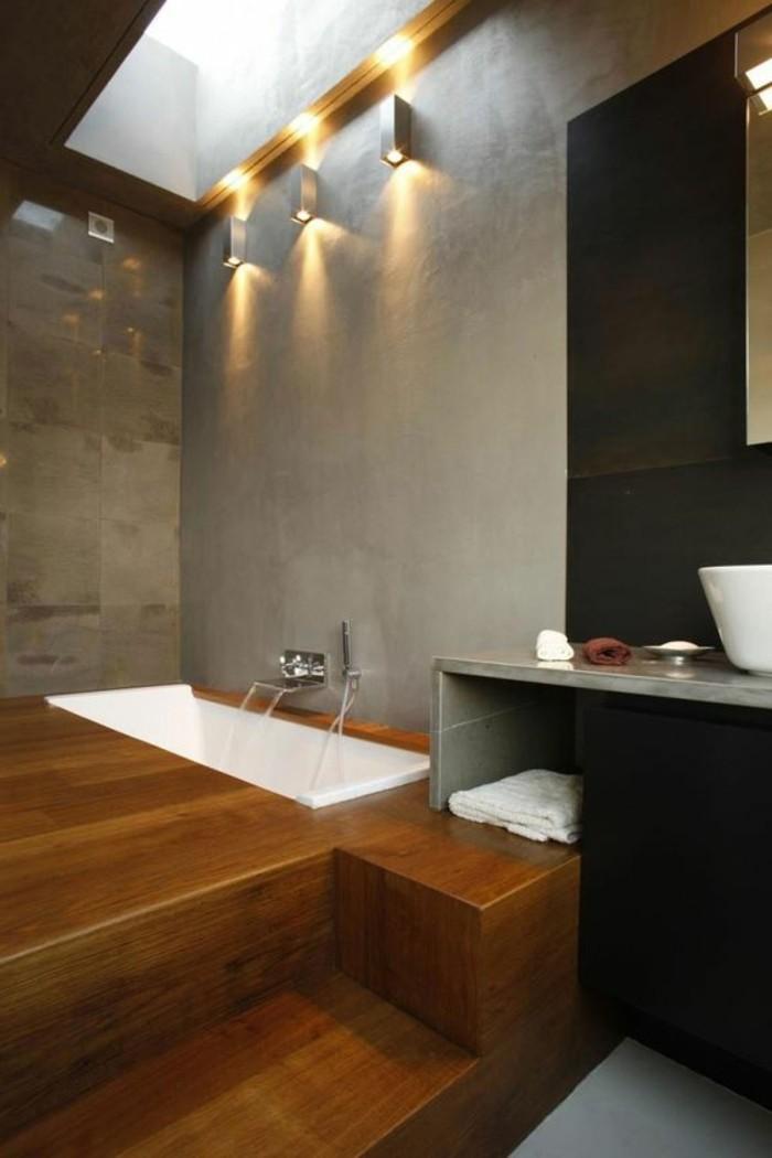 salle-de-bain-contemporaine-sol-en-parquet-en-bois-murs-gris-en-beton-ciré