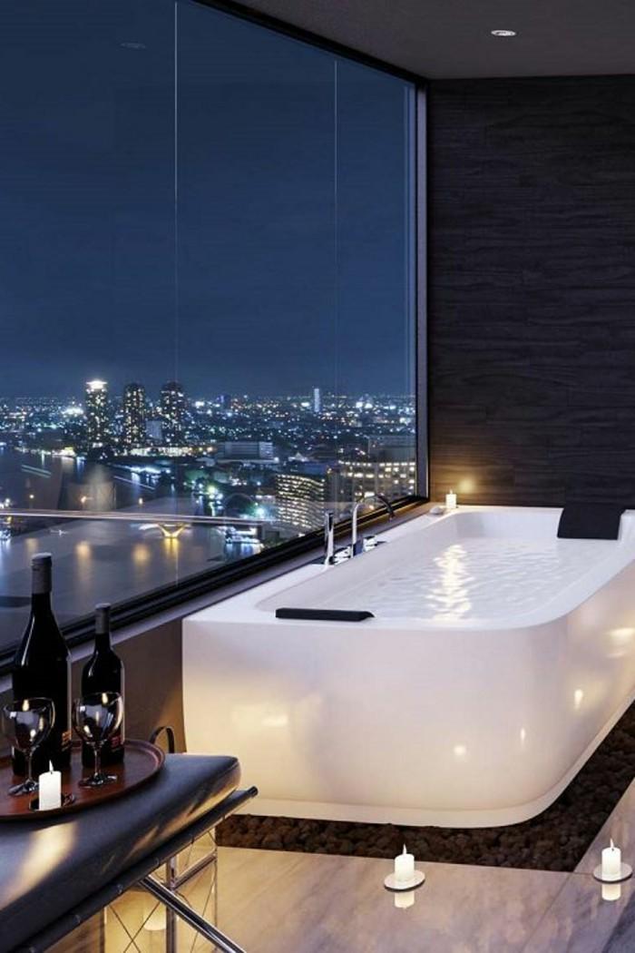 salle-de-bain-design-luxe-avec-magnifique-vue-grandefenetre-idée-faience-salle-de-bain-blanc-et-gris