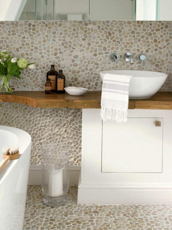 salle-de-bain-en-mosaique-beige-cailloux-decoratifs-salle-de-bain-zen