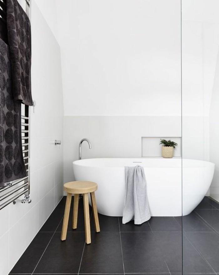 salle-de-bain-murs-blancs-sol-en-carreaux-noirs-baignoire-blanche-murs-blancs
