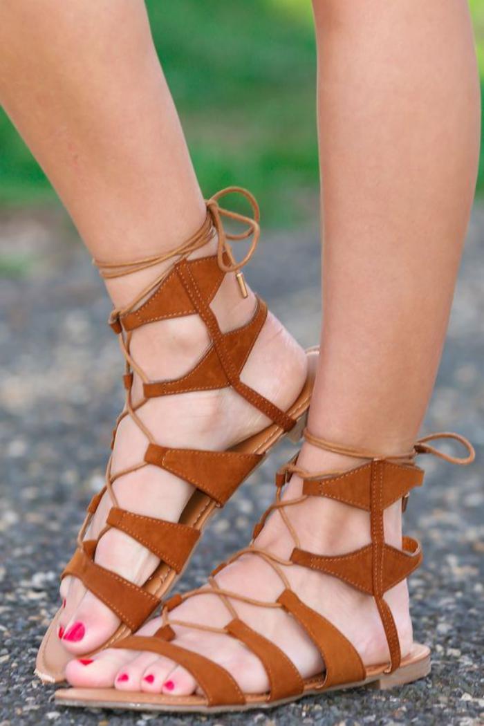 sandales-montantes-à-la-cheville-couleur-cognac