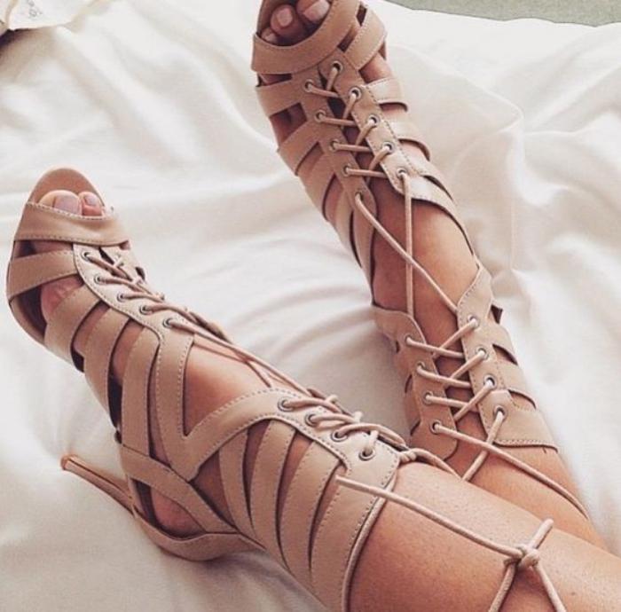 sandales-montantes-à-talons-hauts-beiges