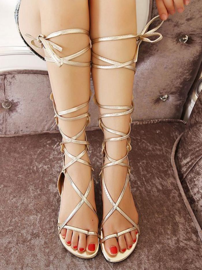 sandales-montantes-belles-sandales-couleur-dorée-sandales-plates