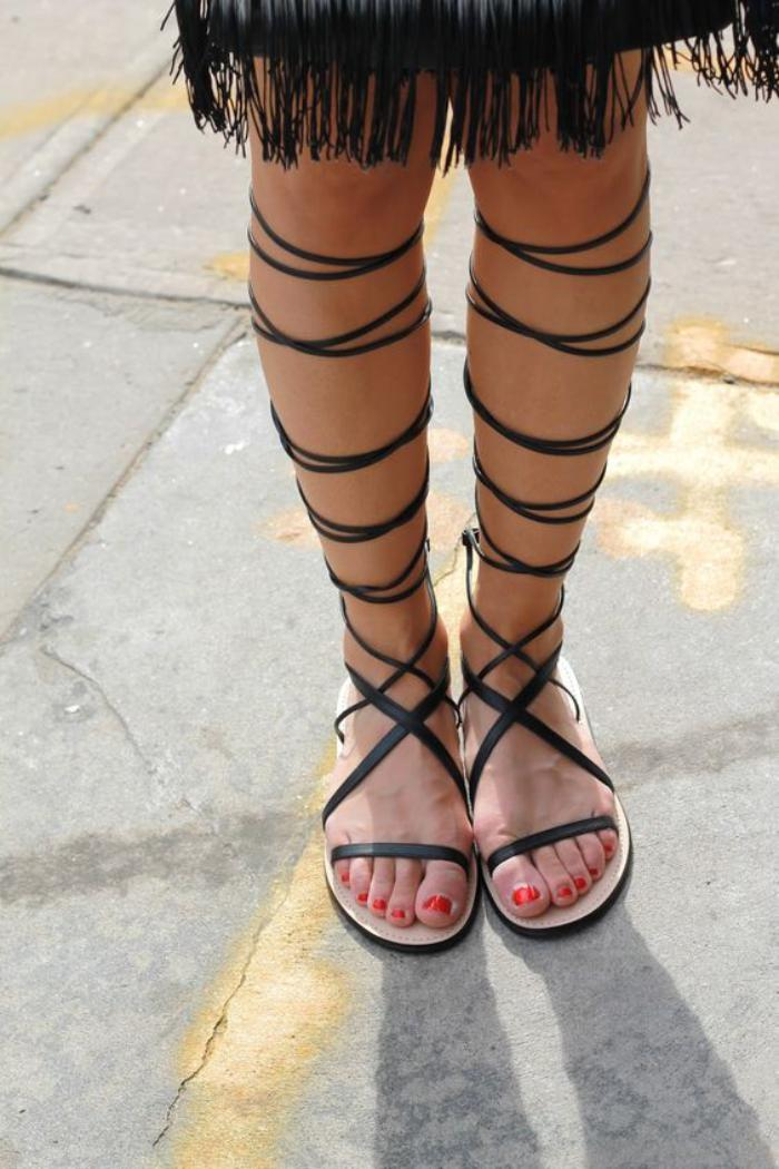 sandales-montantes-genou-hau-noires