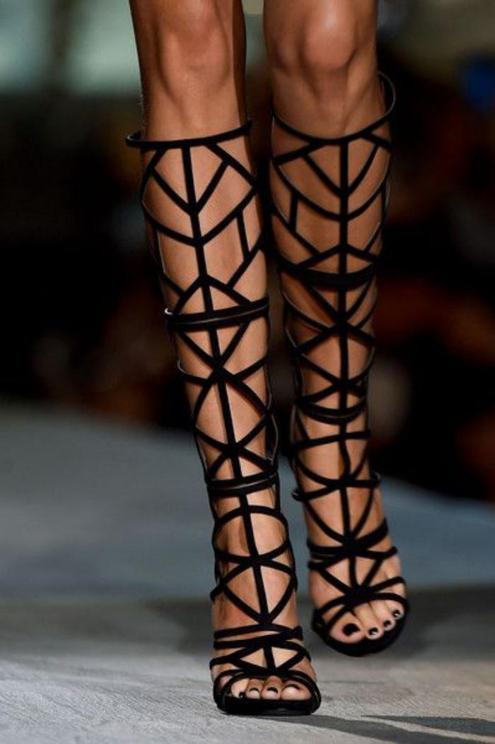 sandales-montantes-modèle-cool-sur-le-podium