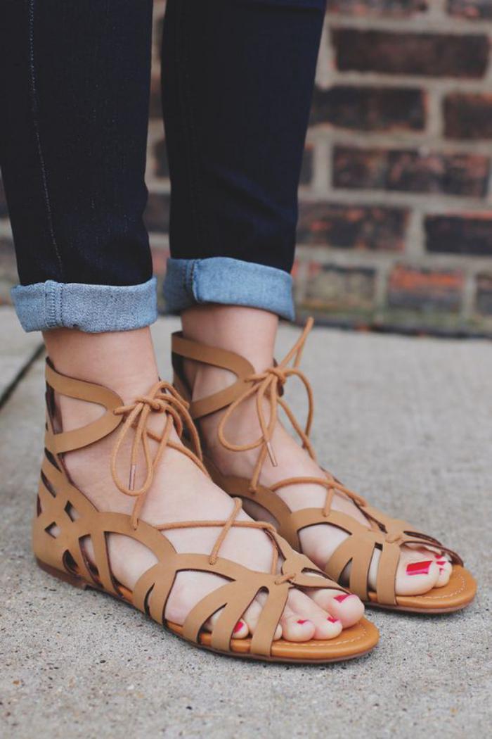 sandales-montantes-plates-en-cuir-beige-clair