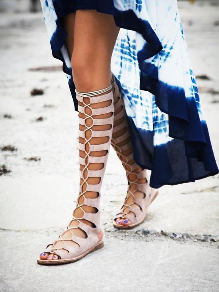 sandales-montantes-portées-avec-jupe-asymétrique