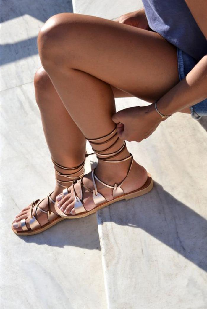 sandales-montantes-spartiates-plates-dorées