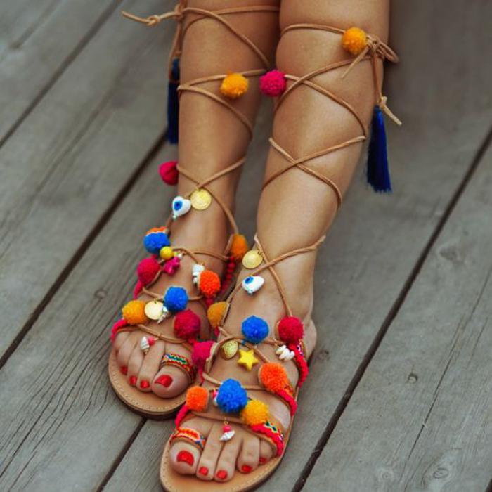 sandales-montantes-spartiates-style-boho-chic-pompoms-colorés