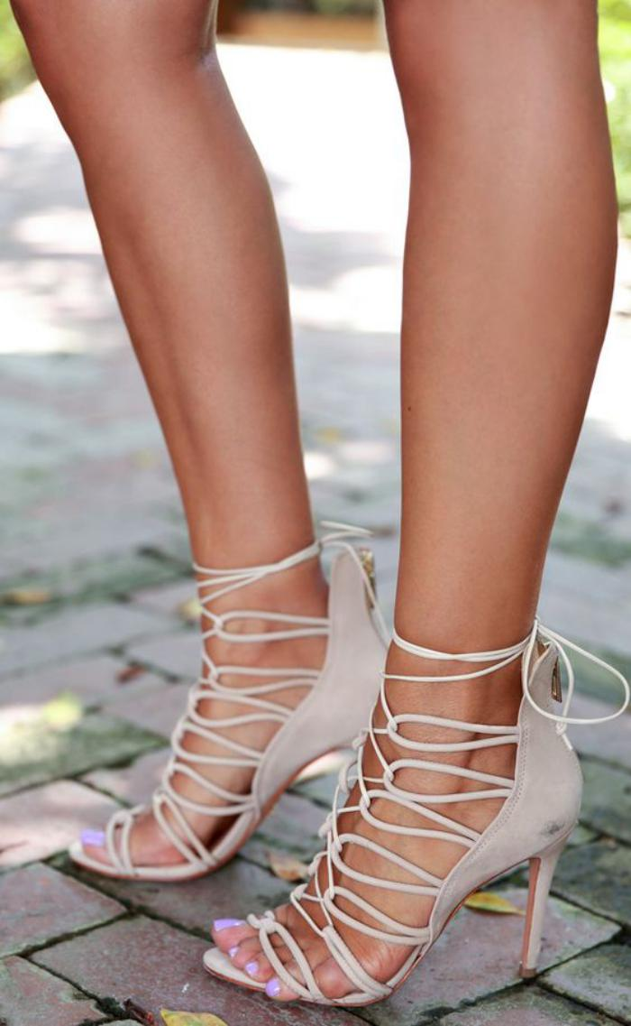 sandales-montantes-très-féminines-beiges