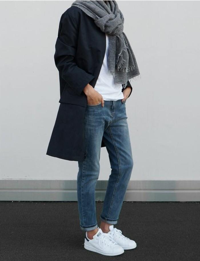 sneakers-blancs-tendances-de-la-mode-jeans-boyfriend-t-shirt-blanc-manteau-bleu-foncé