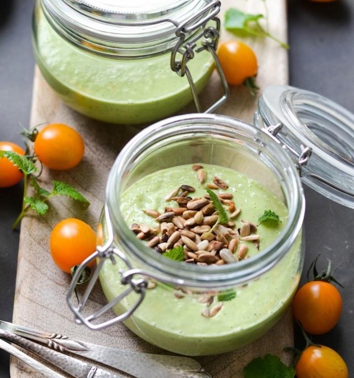 idée de soupe froide de concombre et d avocat avec des graines de tournesol en top dans un pot en verre, recette entrée froide gastronomique