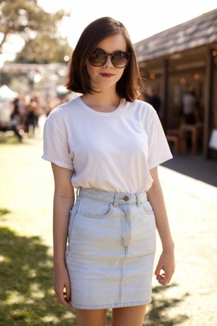 t-shirt-blanc-jupe-mi-courte-bleu-clair-t-shirt-blanc-lunettes-de-soleil-noirs