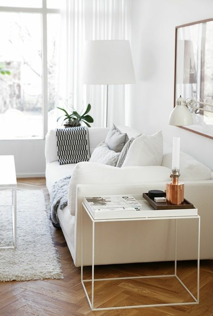 table-d-appoint-en-fer-blanc-sol-en-parquet-clair-canapé-blanc-lampe-blanche