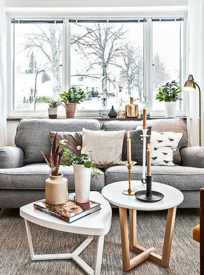 tables-basses-gigognes-en-bois-blanc-et-en-bois-clair-tapis-salon-canapé-gris