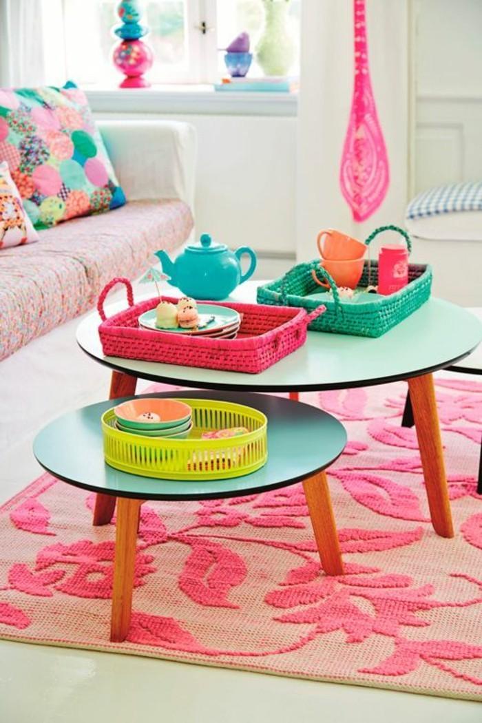 tables-basses-gigognes-en-bois-coloré-tapis-rose-salon-meubles-d-appoint-en-rose