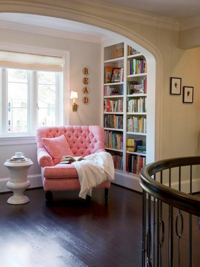 tablette-de-lecture-fauteuil-et-lumière-de-jour-fauteuil-rose