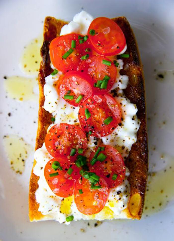 tartines-salées-avec-des-oeufs-et-des-tomates