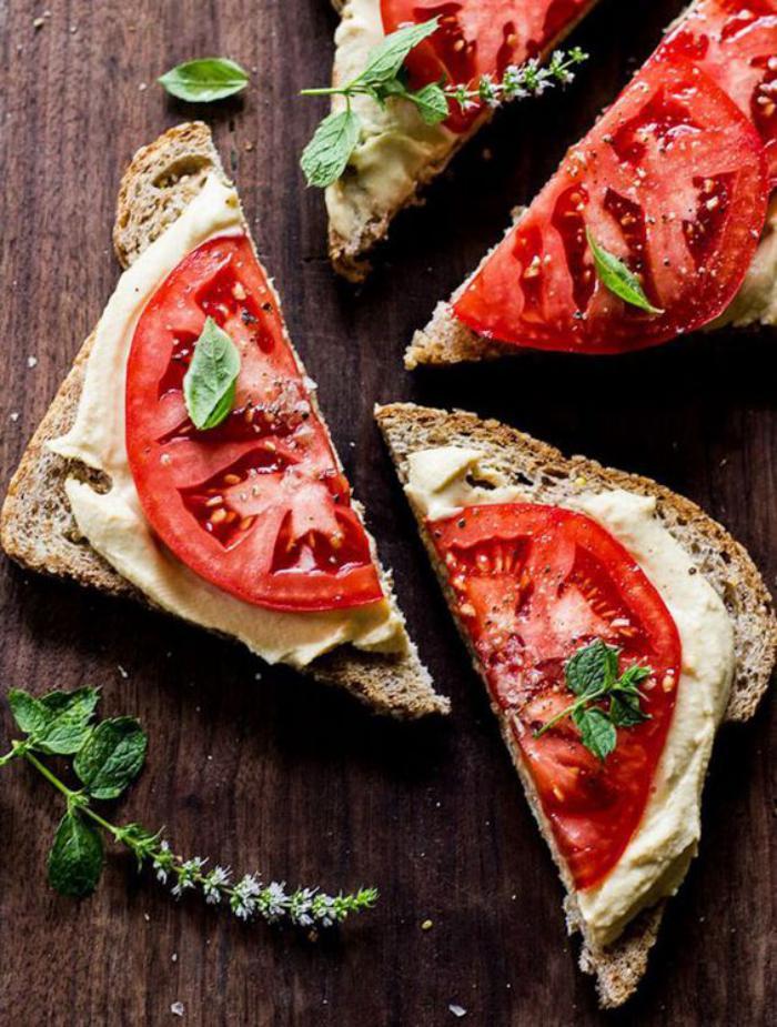 tartines-salées-avec-hoummous-et-tomates