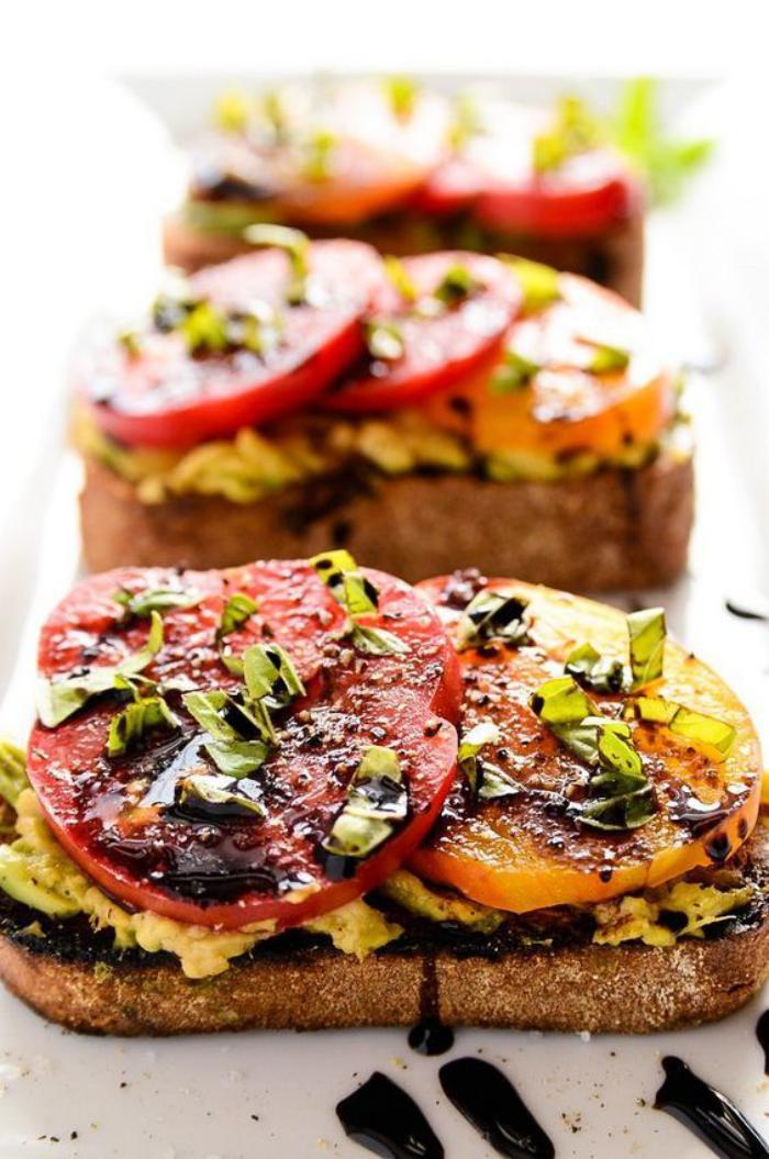 tartines-salées-tomates-avocats-et-vinaigre-balsamique