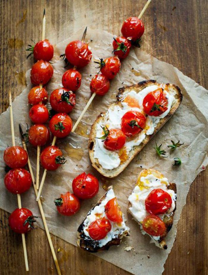 tartines-salées-tomates-cerises-et-oeufs-sur-des-tartines-rôtis