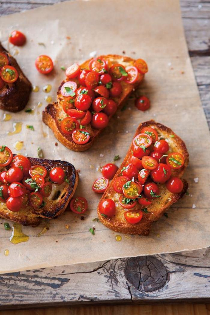 tartines-salées-très-simples-pain-grillé-et-tomates-cerises