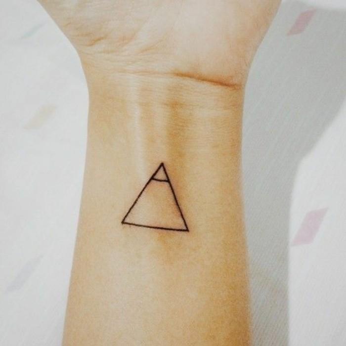 tatouage-femme-triangle-tatouage-triangle-signification-tatouage-minimaliste