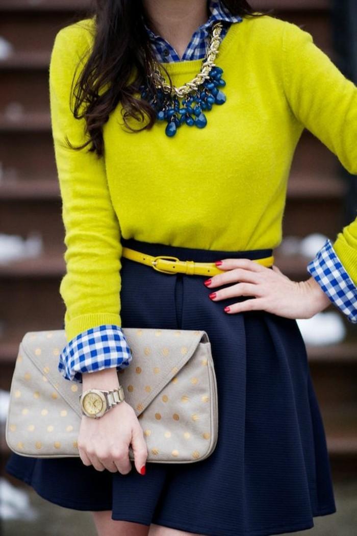tendances-de-la-mode-pull-jaune-collier-en-bleu-foncé-femme-sac-enveloppe-beige