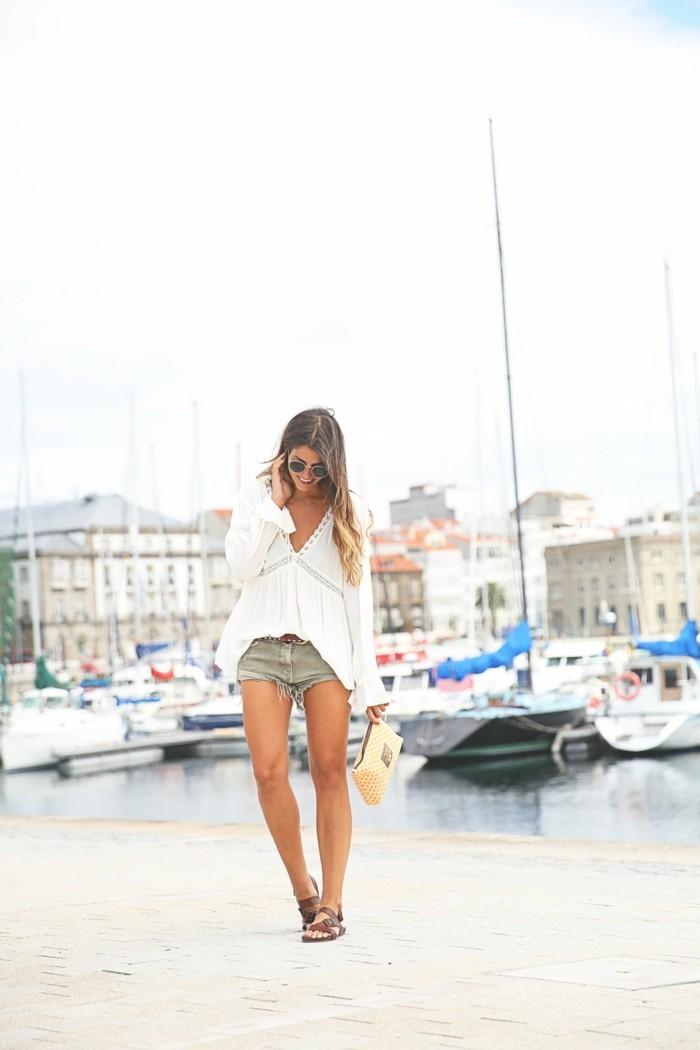 tenue-de-jour-short-en-coton-femme-élégante-plage