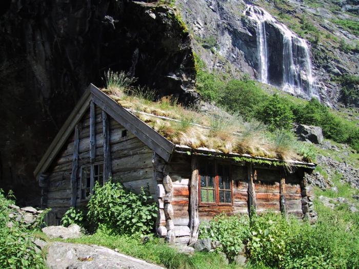 toiture-végétalisée-ferme-dans-la-montagne