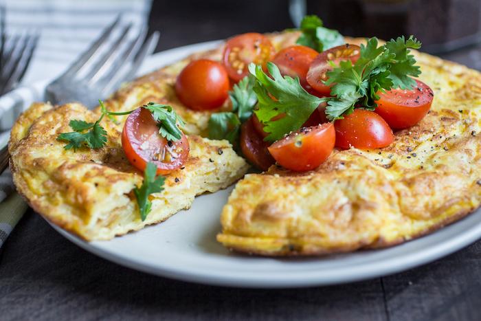comment faire d ela tortilla espagnole traditionnelle nappée de tomates cerise et persil frais, recette tapas espagnole