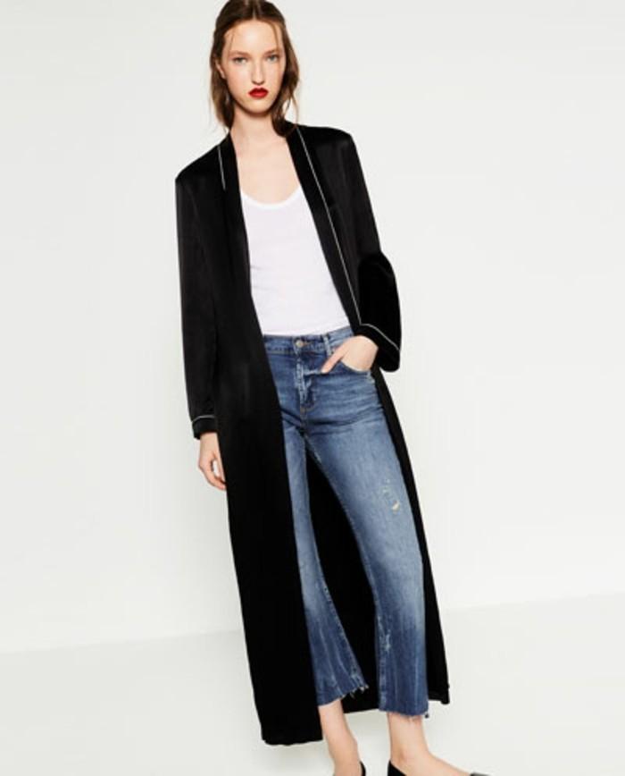Longue veste ( cm)comme vous les aimez avec un tissu fluide de mi saison opaque. Boutons à pression et broderie au niveau du bas et de l'épaule.