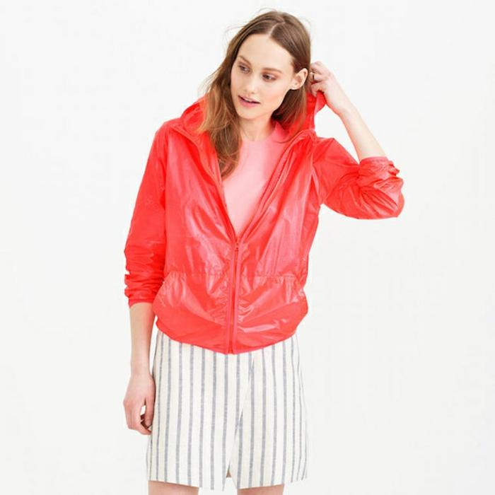 veste-d'-été-femme-rouge-avec-une-jupe-blanche-a-rayures-resized