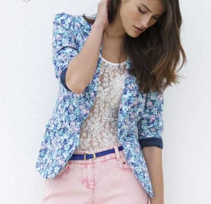 veste-d'-été-femme-sexy-a-porter-sur-un-top-en-dentelle-blanche-resized